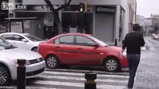 Ver vídeo / El peatón que se toma la justicia por su mano | El Motor